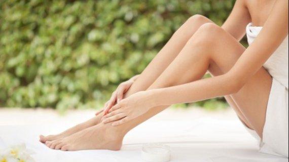 Gunakan kaos kaki berkualitas untuk Mencegah Kaki serta Tumit Kering dan Pecah-pecah